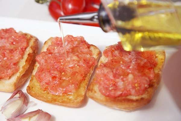 Bread with tomato, garlic and extra virgin olive oil