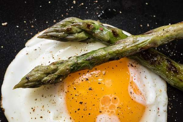 Whole-wheat toast with eggs fried in EVOO with asparagus