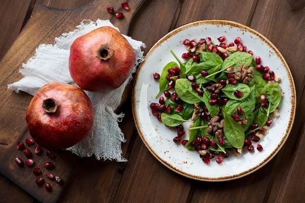 Salad with pomegranate, spinach leaves and walnut recipe