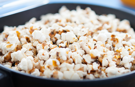 Popcorn with crispy bacon, paprika and honey