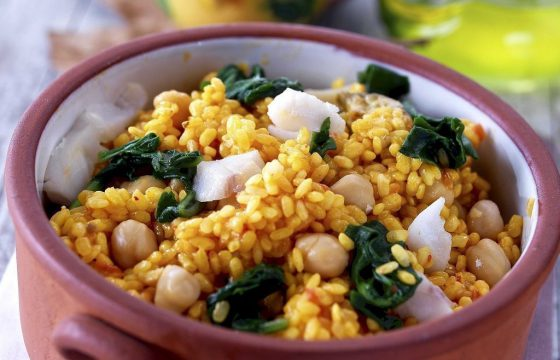 Rice casserole with spinach, chickpeas and cod
